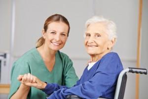 Altenpflege durch Krankenschwester bei Seniorin